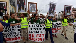 """Des manifestants participent à la """"marche des portraits"""", à Bayonne (Pyrénées-Atlantiques), le 25 août 2019, en marge du sommet du G7. (GEORGES GOBET / AFP)"""