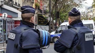 Des policiers devant le Bataclan à Paris, le 14 novembre 2015. (ROLLINGER-ANA / AFP)