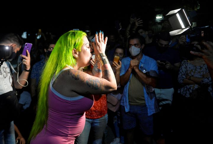 """L'artiste de reggaeton Dianelys Alfonso, mieux connue sous le nom de """"La Diosa"""", fait partie des manifestants. (YAMIL LAGE / AFP)"""