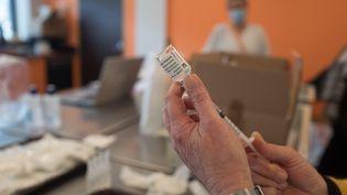 Un flacon de vaccin AstraZeneka. (QUEMENER YVES-MARIE / MAXPPP)