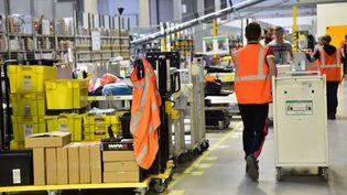 Des employés d'Amazon France, dans l'entrepôt de Lauwin-Planque, dans le Nord, le 4 novembre 2016. (MAXPPP)