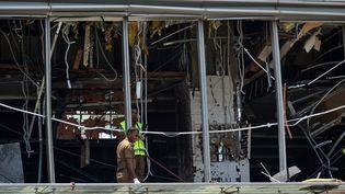 La police sri-lankaise sur les lieux d'une explosion, dimanche 21 avril, dans un hôtel de Colombo. (ISHARA S. KODIKARA / AFP)
