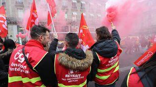Des militants de la CGT manifestent le 20 décembre 2017 à Paris contre les ordonnancesréformant le Code du travail. (JACQUES DEMARTHON / AFP)