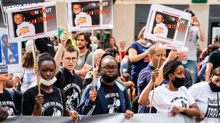 Des manifestants contre les violences policières, à Paris, le 20 juin 2020. (XOSE BOUZAS / HANS LUCAS / AFP)