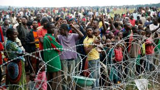 Des déplacés, habitants de Bangui, se sont réfugiés à l'aéroport de Bangui, sous protection française, vendredi6 décembre 2013. (JEROME DELAY / AP / SIPA )