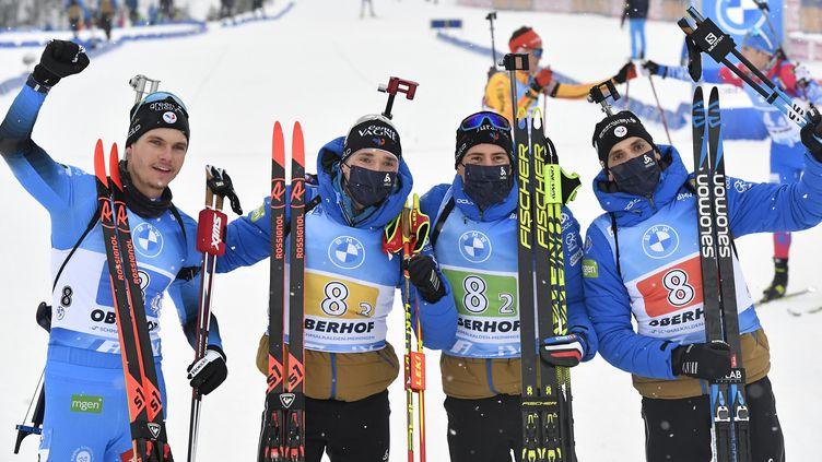 La joie des Français Emilien Jacquelin, Fabien Claude, Quentin Fillon Maillet et Simon Desthieux vainqueurs du relais d'Oberhof. (TOBIAS SCHWARZ / AFP)