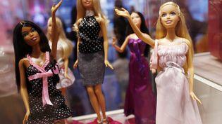 Des poupées Barbie exposées dans un magasin de jouets à New York (Etats-Unis), le 9 mars 2009. (SHANNON STAPLETON / REUTERS)