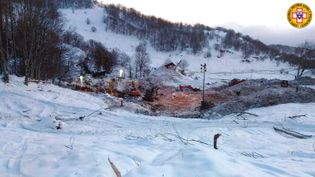 Le site de l'hôtel dévasté par une avalanche près de Farindola, dans le centre de l'Italie, le 25 janvier 2017. (LORENZO NATRELLA / AFP)