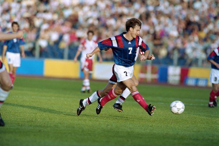 Didier Deschamps, lors du match de poules de l'Euro 1992 face au Danemark, perdu 2-1, le 17 juin à Malmö en Suède. (PATRICK HERTZOG / AFP)