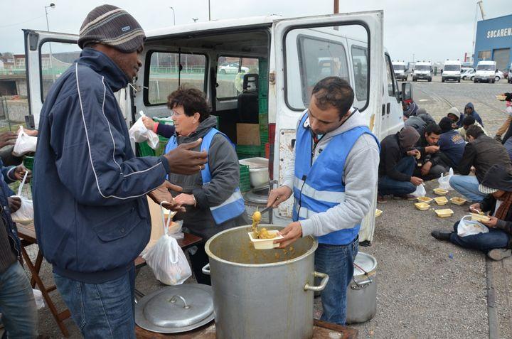 Le jeudi, la soupe est distribuée par l'association L'Auberge des migrants. (THOMAS BAIETTO / FRANCETV INFO)