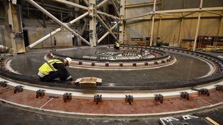 Des employés sur le chantier du projet de réacteur de recherche civil à fusion nucléaire ITER, à Saint-Paul-lez-Durance, le 10 octobre 2018. (CHRISTOPHE SIMON / AFP)