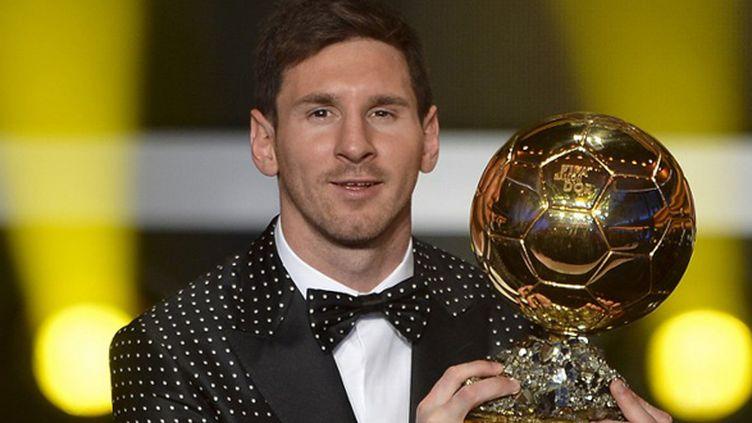 En Janvier 2013, Lionel Messi et son beau costume posaient le ballon d'or, le quatrième glané par l'Argentin.  (FABRICE COFFRINI / AFP)