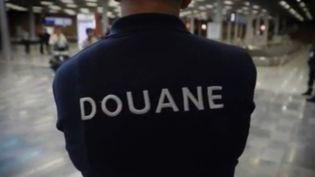 Un douanier de dos (FRANCE 3)