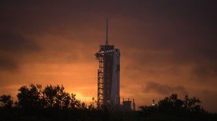 La fusée Falcon 9 surmontée de la capsule Crew Dragon de SpaceX, au Centre spatial Kennedy de la Nasa, en Floride (Etats-Unis), le 25 mai 2020. (AFP PHOTO / NASA / BILL INGALLS)