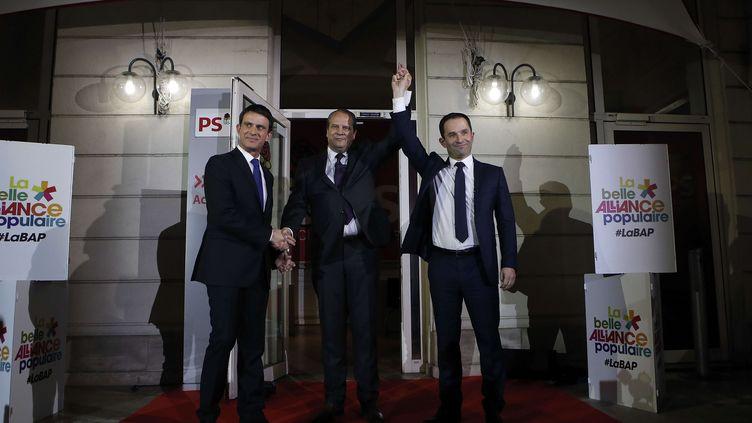 Manuel Valls, Jean-Christophe Cambadélis et Benoît Hamon sont réunis au siège du PS après les résultats de la primaire, le 29 janvier 2017, à Paris. (KAMIL ZIHNIOGLU / AP / SIPA)