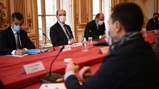 Le Premier ministre Jean Castex, accompagné du ministre de l'Intérieur Gérald Darmanin et du garde des Sceaux Eric Dupond-Moretti, lors d'une réunion avec les représentants de syndicats de policiers, le 10 mai 2021 à Matignon, à Paris. (CHRISTOPHE ARCHAMBAULT / AFP)