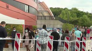 Pass sanitaire : forte affluence dans les centres de vaccination (France 2)