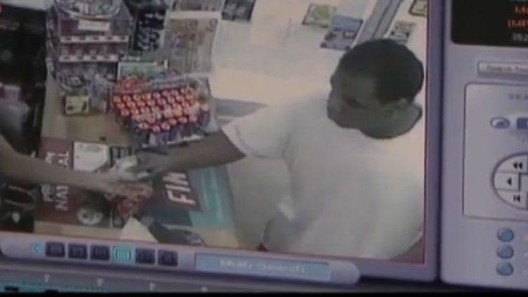 Un jeune homme de 22 ans, muni d'un revolver, braquait un femme tétanisée. C'est alors que sa mère arrive dans le magasin pour lui arracher l'arme des mains et lui ordonne de sortir du magasin.capture d'écran ( FRANCE 2)