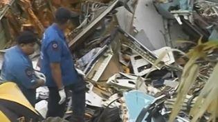 Lundi 24 juin, le procès du crash d'un avion à Phuket (Thaïlande) il y a 12 ans, qui avait causé la mort de 90 personnes, s'est ouvert à Paris. L'enquête a montré que les pilotes étaient fatigués, après avoir cumulé trop d'heures de vol. (FRANCE 2)