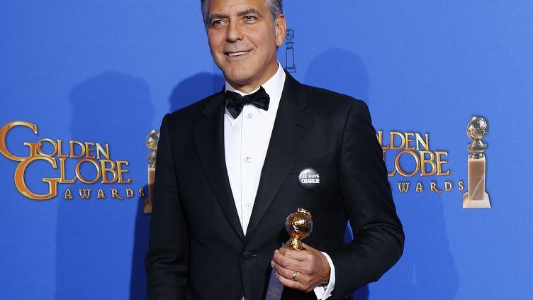 """L'acteur américain George Clooney pose avec un badge """"Je suis Charlie"""", le 11 janvier 2015, lors de la cérémonie des Golden Globes, à Beverly Hills (Californie). (MIKE BLAKE / REUTERS)"""