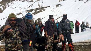 Image de l'arméenépalaise secourant des trekkeurs sur l'Annapurna Circuit, dans le district de Mustang (Nepal) ,e 17 octobre2014. (NEPALESE ARMY / MAXPPP)