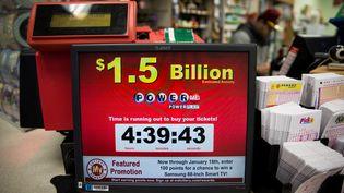 Un écran fait la publicité du jackpot de 1,6 milliard de dollars mis en jeu pour le Powerball, dans une boutique du Maryland (Etats-Unis), le 13 janvier 2016. (SAMUEL CORUM / ANADOLU AGENCY / AFP)