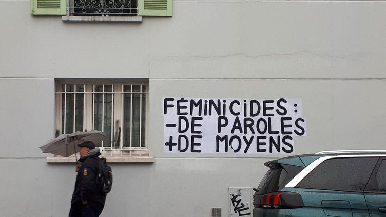 Une affiche contre les féminicides dans les rues de Paris. (STÉPHANIE BERLU / FRANCE INFO)