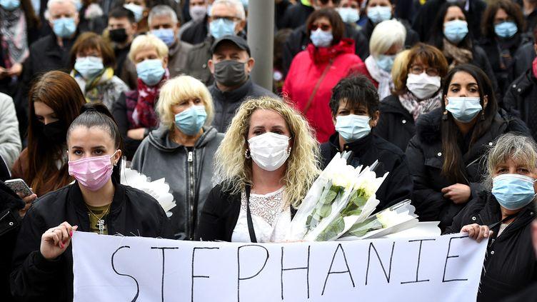 Plusieurs centaines de personnes participent le 26 mai 2021 à une marche blanche à Hayange (Moselle) pour rendre hommage à Stéphanie Di Vincenzo, tuée dans la nuit du 23 au 24 mai. (JEAN-CHRISTOPHE VERHAEGEN / AFP)
