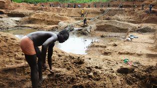 Des chercheurs de diamants dans une mine de Banengbele en République centrafricaine, en mai 2015. (PATRICK FORT / AFP)