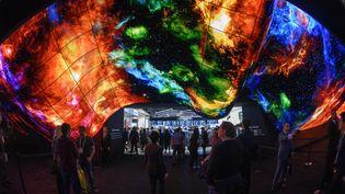 L'écran en forme de vague présenté par LG au CES de Las Vegas 2021. (ROBYN BECK / AFP)