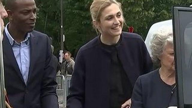 Appel du 18 juin : Julie Gayet aux côtés de François Hollande