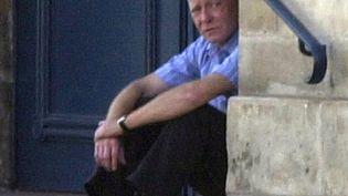 Patrick Henry, lors de sa liberté conditionnelle, le 22 août 2002, alors qu'il doit comparaître à Caen (Calvados) pour le vol d'objets de bricolage. (MYCHELE DANIAU / AFP)