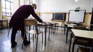 Préparatifs dans une classe d'école à Rome, le 29 mars 2021, en prévision de la reprise des cours. (ANGELO CARCONI / EPA/ANSA VIA MAXPPP)