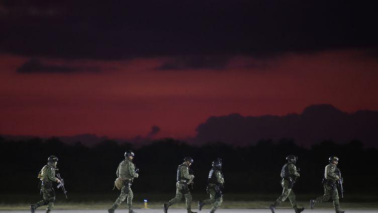 Des soldats des forces spéciales de l'armée mexicaine arrivent à l'aéroport de Culiacan, dans l'Etat de Sinaloa (Mexique), le 18 octobre 2019. (ALFREDO ESTRELLA / AFP)
