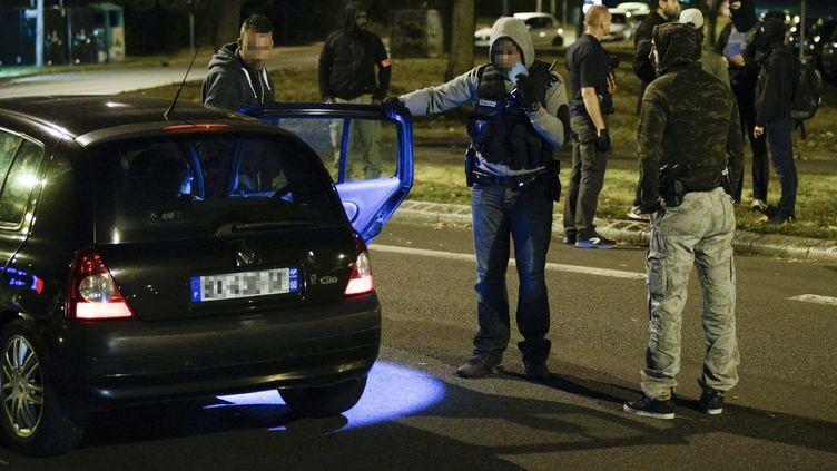 Des policiers retrouvent la voiture abandonnée qui contenait les bonbonnes de gaz, le 8 septembre 2016, à Boussy-Saint-Antoine dans l'Essonne. Les empreintes de la jeune femme ont été retrouvées à l'intérieur. (GEOFFROY VAN DER HASSELT / AFP)