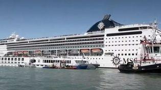 Quand un géant des mers ne trouve plus la pédale de frein, cela donne une scène impressionnante. Un paquebot de plusieurs milliers de tonnes a foncé dimanche 2 juindans le port de Venise (Italie). L'accident n'a heureusement fait que quatre blessés légers.  (FRANCE 2)
