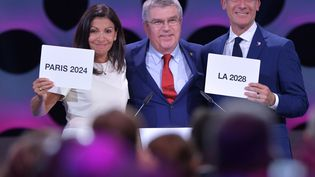Anne Hidalgo, maire de Paris, Thomas Bach, président du CIO et Eric Garcetti, maire de Los angeles, le 13 septembre 2017 à Lima. (FABRICE COFFRINI / AFP)
