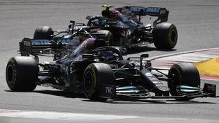 Hamilton a pris les commandes devant son coéquipier Bottas (GABRIEL BOUYS / AFP)