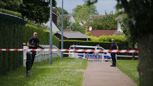 Des policiers surveillent la maison où un couple de policiers a été assassiné, le 14 juin 2016, à Magnanville (Yvelines). (MATTHIEU ALEXANDRE / AFP)