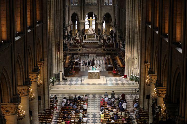 Fidèles assistant à la messe, Notre-Dame de Paris, 26 juin 2018 (LUDOVIC MARIN / AFP)
