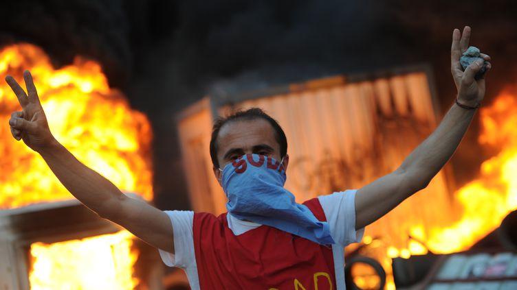 Un manifestant se dresse devant la police, vendredi 31 mai à Istanbul (Turquie). (BULENT KILIC / AFP)