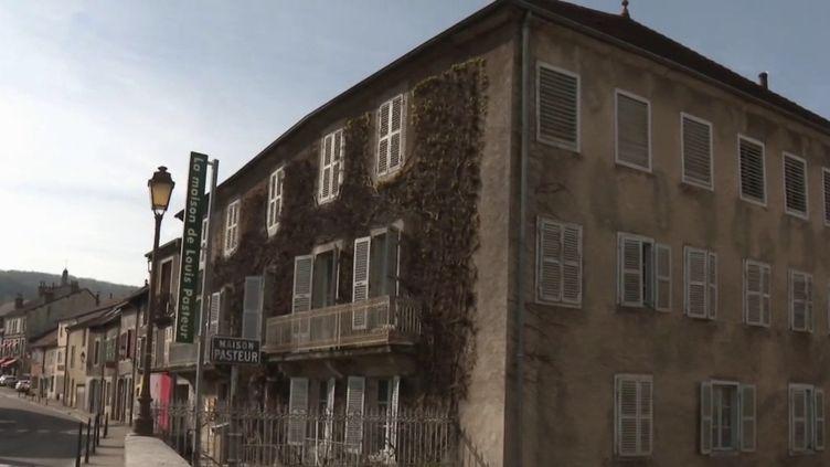 La maison de Louis Pasteur, où a grandi et travaillé l'inventeur du vaccin contre la rage, fait partie de la liste des 18 sites sélectionnés par leLoto du Patrimoine, dévoilée lundi 5 avril. (CAPTURE ECRAN FRANCE 3)