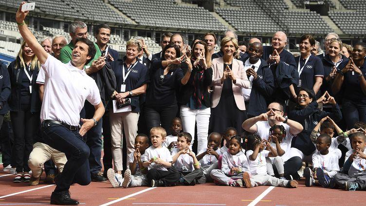 Tony Estanguet et des membres de l'organisation Paris 2024 ont immortalisé le passage du CIO au Stade de France. (FRANCK FIFE / AFP)