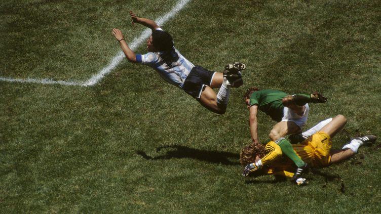 Finale de la Coupe du monde 1986 au stade Azteca entre l'Argentineet Allemagne(3-2). L'Argentin Diego Maradona plonge sur le gardien de but allemand Harald Schumacher. (JEAN-YVES RUSZNIEWSKI / CORBIS HISTORICAL / GETTY IMAGES)