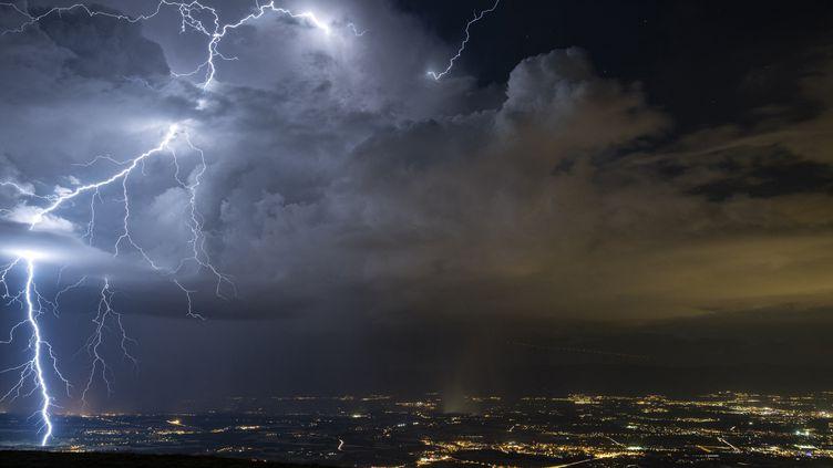 Un éclair tombe dans le Jura, le 6 février 2019. (CHRISTOPHE SUAREZ / BIOSPHOTO / AFP)