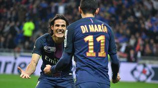 Edinson Cavani est félicité par Angel Di Maria après son doublé face à Monaco en finale de la Coupe de la Ligue, samedi 1er avril 2017 au stade des Lumières, en périphérie de Lyon. (PHILIP ROCK / ANADOLU AGENCY / AFP)