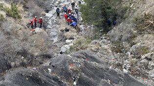 Des gendarmes et des équipes de secours fouillent les débris de l'Airbus A320, le 25 mars 2015, à Seyne-les-Alpes (Alpes-de-Haute-Provence), au lendemain du crash dans lequel ont péri 150 personnes. (  MAXPPP)