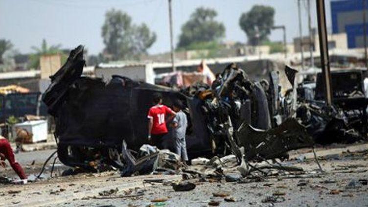 Près du siège de la chaîne de télévision al-Ahad à Baladiyat (banlieue est de Beyrouth), le 15 août 2013, après un attentat à la voiture piégée. (AFP - Ali al-Saadi)