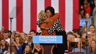 Hillary Clinton etMichelle Obama, lors d'un meeting commun à Winston-Salem (Caroline du Nord, Etats-Unis), le 27 octobre 2016. (PETER ZAY / ANADOLU AGENCY /AFP)