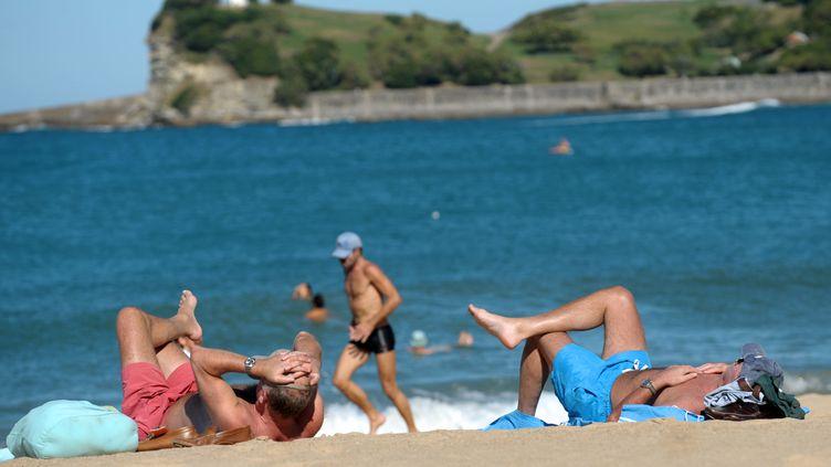 Des baigneurs profitent du soleil, le 17 octobre 2014 à Saint-Jean-de-Luz (Pyrénées-Atlantiques). (IROZ GAIZKA / AFP)